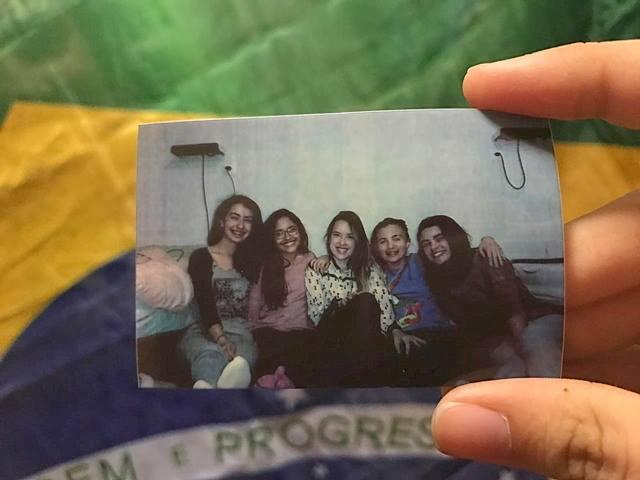Meninas da Equipe brasileira da EGMO (Europeans Girls Mathematical Olympiad) posam para foto na Europa