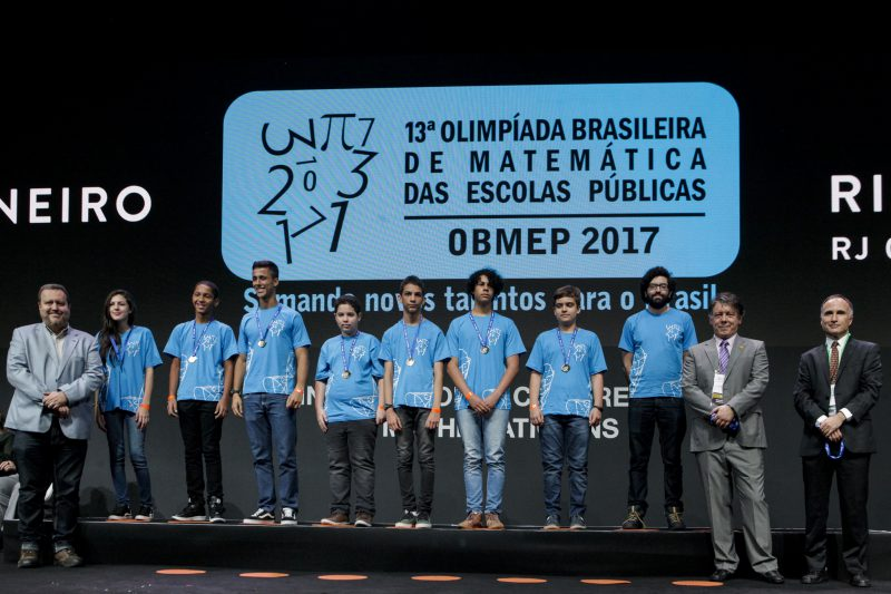 Oito medalhistas de ouro na OBMEP ladeados por Marcelo Viana, Claudio Landim e Wagner Victer